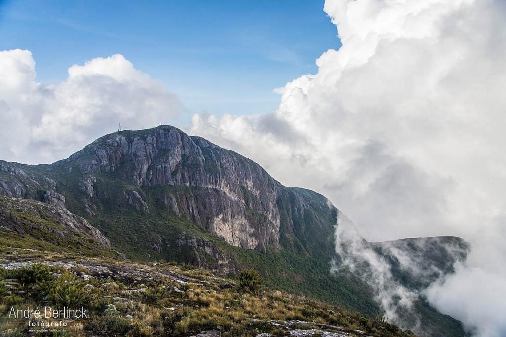 Pico da Bandeira, visto do pico do Calçado